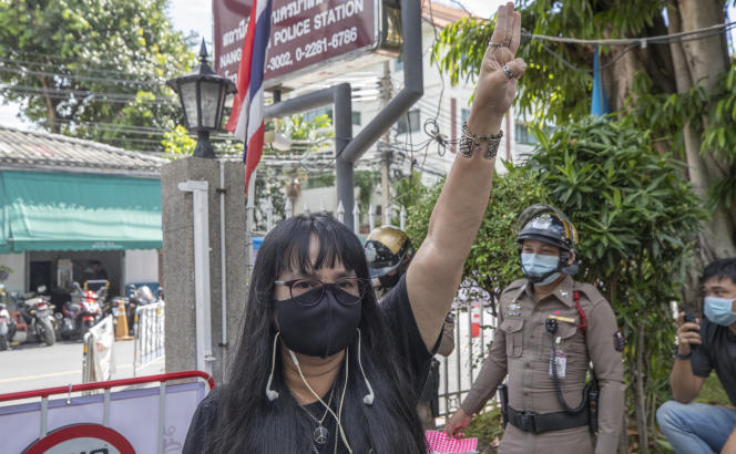 La militante prodémocratie Suwanna Tallek à Bangkok, le 25 août. Onze activistes ont été arrêtés ces derniers jours dans le pays.
