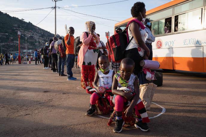 Des Rwandais respectent la distanciation sociale à la gare routière de Nyabugogo, à Kigali, le 4 mai 2020, premier jour après le confinement.