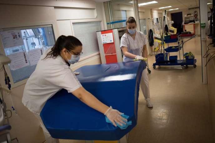 Des infirmières désinfectent le matelas d'un patient contaminé par le Covid-19 au Centre hospitalier universitaire (CHU) de Nantes, le 19 mai.