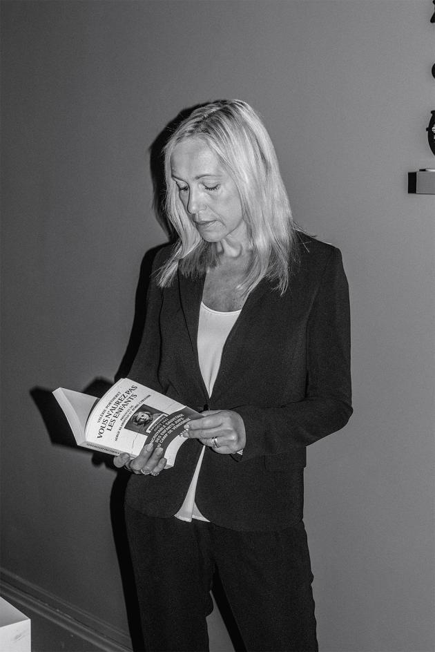 L'historienne Valérie Portheret, chez elle, à Lyon, le 17 août. Elle a retrouvé les noms de 90 des 108 enfants sauvés et rencontré plusieurs d'entre eux.