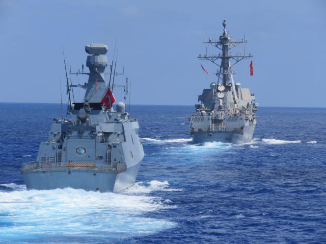 Le destroyer américain USS «Winston-S.-Churchill», à l'arrière, et la frégate turque TCG «Barbaros» effectuent des entraînements maritimes en Méditerranée orientale, mercredi 26 août.