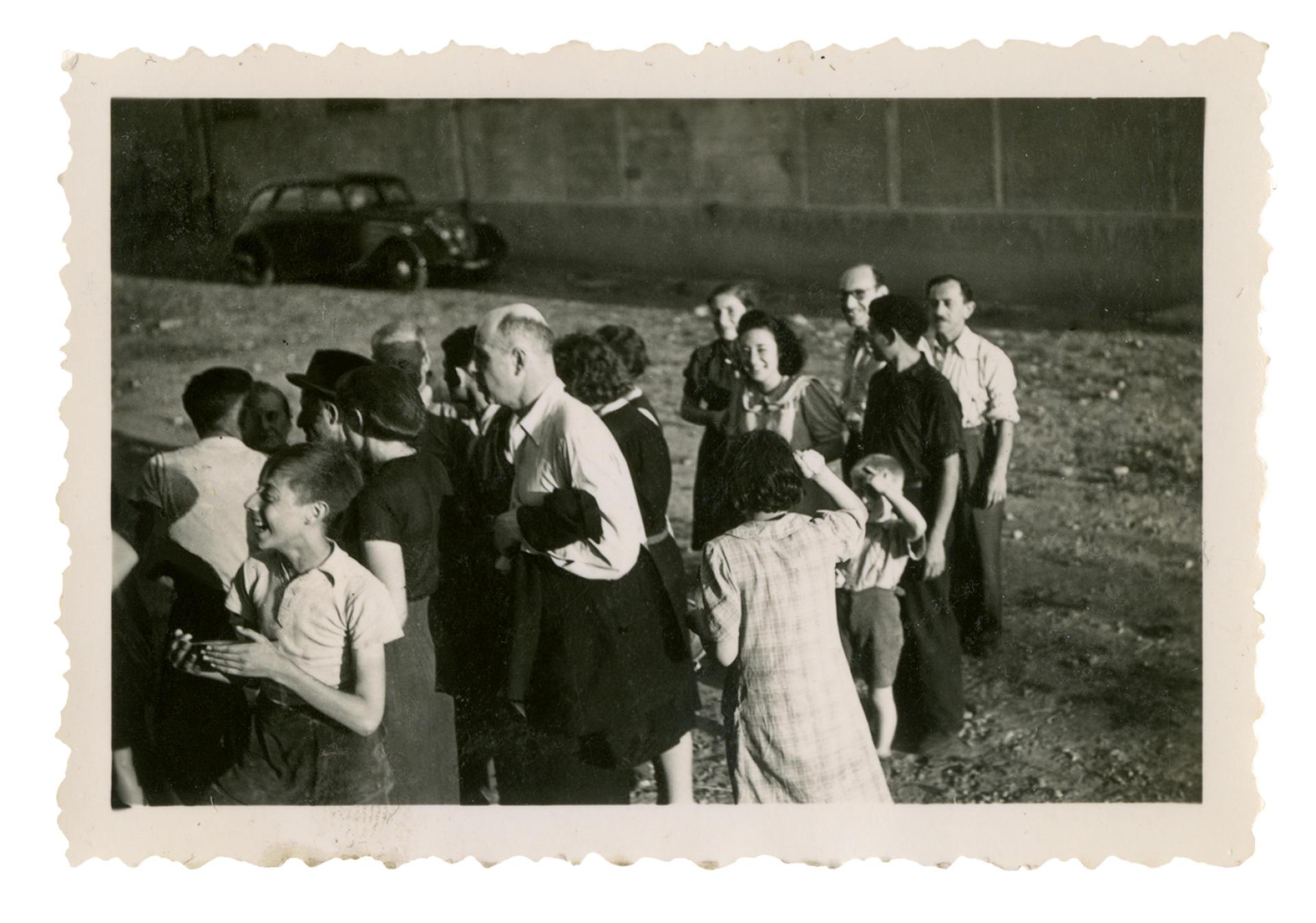 L'enfant au premier plan, Armand Buks ; le petit garçon blond, Emile Meisler ; la jeune fille à la blouse, Lotte Lévy.