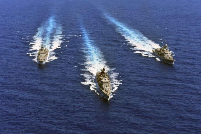 Photo fournie par le ministère grec de la Défense montrant des navires de guerre lors d'un exercice militaire, en Méditerranée orientale, le 25 août.