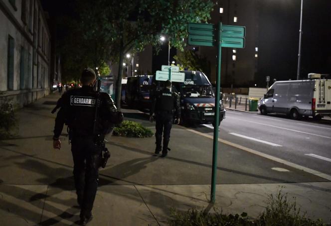 Des gendarmes patrouillent dans le quartier Mistral, à Grenoble, le 26 août.