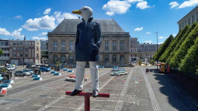 « Monsieur Goéland »(2020), de Stephan Balkenhol, œuvre créée pour l'édition 2020 de L'Eté au Havre (Seine-Maritime) et installée place du Vieux-Marché.