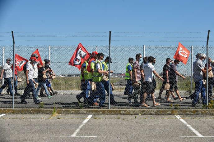Des employés d'Airbus protestent contre les futures suppressions de postes au sein de l'avionneur,à l'aéroport de Toulouse-Blagnac, le 8 juillet.