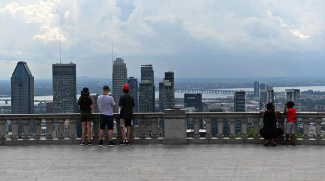 Sur le belvédère habituellement très fréquenté des touristes, au Mont-Royal, àMontréal, le 29 juillet.