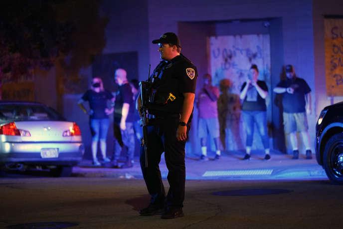 Un policier fait face aux manifestants qui se rassemblent dans une rue de Kenosha (Wisconsin), le 25 août.