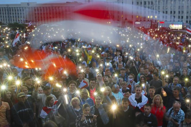 Des opposants biélorusses devant un bâtiment gouvernemental, place de l'Indépendance,à Minsk, le 19 août.