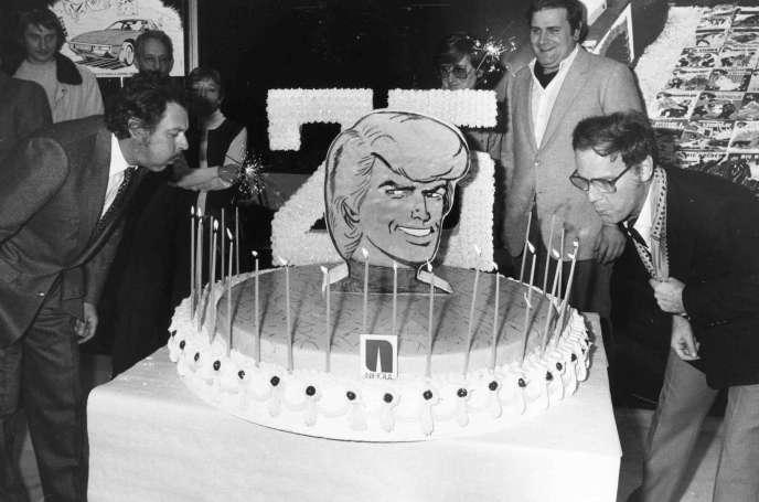 Le dessinateur Tibet, alias Gilbert Gascard (à droite), célébre le 25e anniversaire de «Ric Hochet» avec le scénariste André-Paul Duchâteau (à gauche), le 18novembre1980, à Bruxelles.