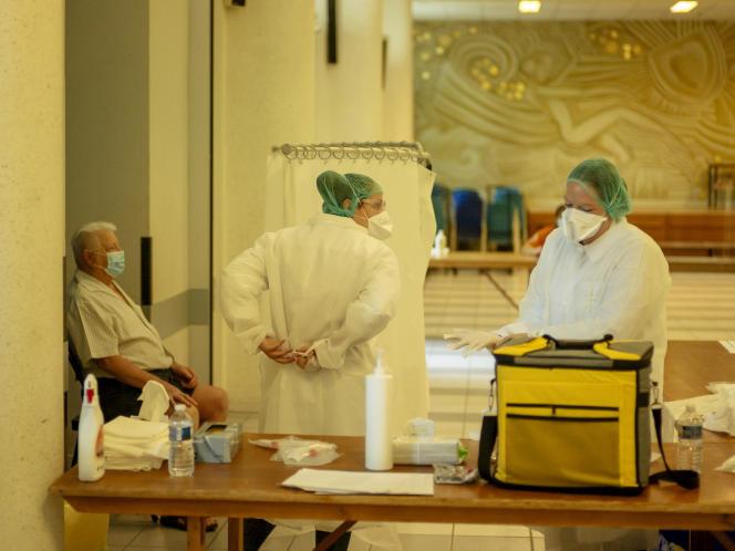 Les infirmières préparent un test PCR sur un habitant lors d'une journée de dépistage du Covid-19 dans la salle des fêtes de Vertus à Blancs-Coteaux, le 20 août.