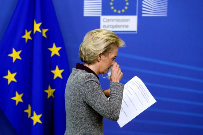 La présidente de la Commission européenne, Ursula von der Leyen, après une conférence de presse, au siège de l'UE, à Bruxelles, le 27 août.