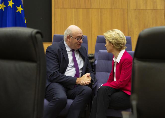 Le commissaire européen au commerce, Phil Hogan,et la présidente de la Commission européenne, Ursula von der Leyen, à Bruxelles, le 8 janvier.