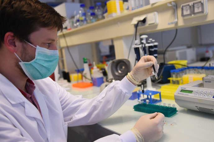 Un chercheur du laboratoire Sys2diag manipule un test salivaire destiné à dépister le Covid-19, à Montpellier, le 30 avril.