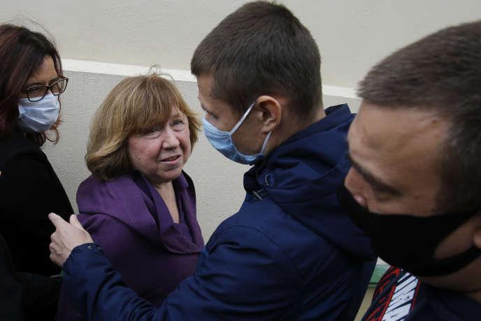 Svetlana Alexievitch avant son interrogatoire dans le cadre des poursuites visant le conseil de coordinationde l'opposition, à Minsk, le 26 août.