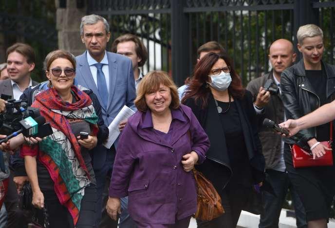 La Prix Nobel de littérature Svetlana Alexievitch à son arrivée, le 26 août à Minsk, pour être entendue par le comité chargé d'une enquête sur le conseil de coordination de l'opposition biélorusse.