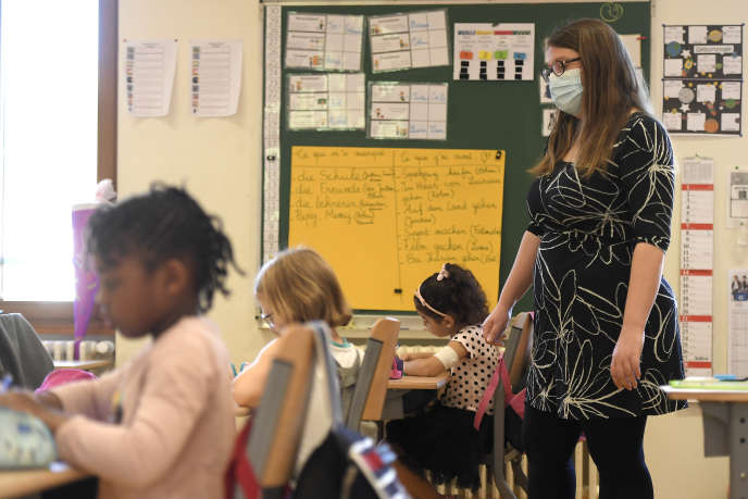 Une enseignante dans une école primaire de Strasbourg, le 22 juin.