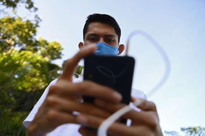 Pour bénéficier du très haut débit grâce à la 5G, il faudra s'équiper de nouveaux téléphones.