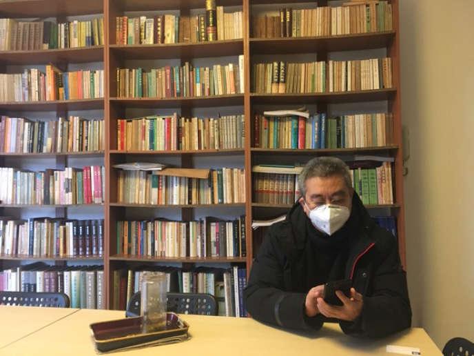 Le psychanalyste Huo Datong dans sa bibliothèque à Chengdu, dans la province du Sichuan en Chine, en août.
