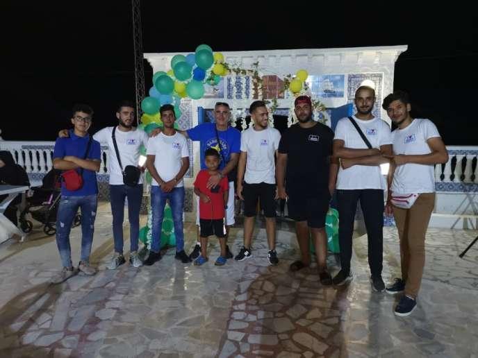 Mounir Ben Njima (au centre), entouré de ses employés du restaurant La Haute Etoile, à Salakta, en Tunisie.
