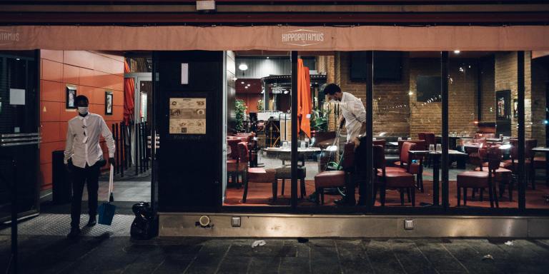 Marseille, le 26 aout 2020. Suite à l'annonce du prefet les bars et restaurants doivent fermer leurs portes dès 23h. Inquiets ou résignés, les clients ont souvent quitté les terrasses dans le calme, et certains se sont installés à mêlme le sol, tout à côté. Le restaurant Hippopotamus sur le Vieux port.