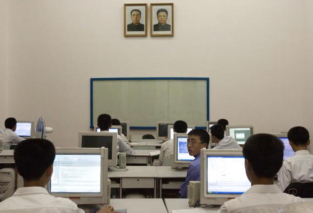 Etudiants en cours d'informatique à Pyongyang, en 2007, sous les portraits de Kim il-sung et Kim jong-il, grand-père et père du président Kim jong-un.