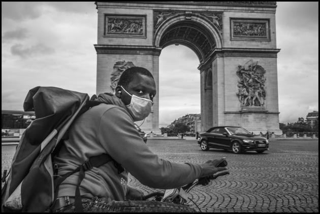 Touré, livreur à vélo, près de l'Arc de Triomphe, le 4 juin à Paris.