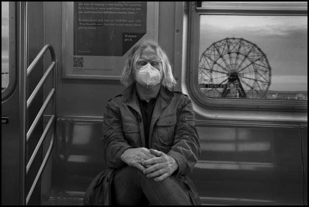 Peter Turnley, de retour de Coney Island (Brooklyn), dans le métro, le 18 mai.