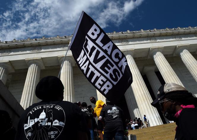 Un drapeau «Black Lives Matter», brandi devant leLincoln Memorial où Martin Luther King avait prononcé son discours« I have a dream», il y a cinquante-sept ans, à Washington, le 28 août.