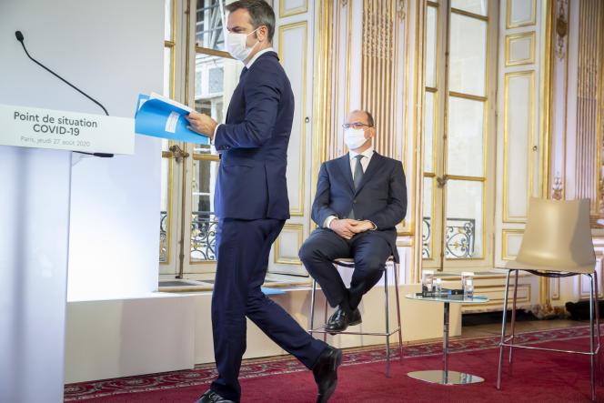 Olivier Véran et Jean-Castex, lors d'une conférence de presse sur la situation épidémique à Matignon à Paris, le 27 août.