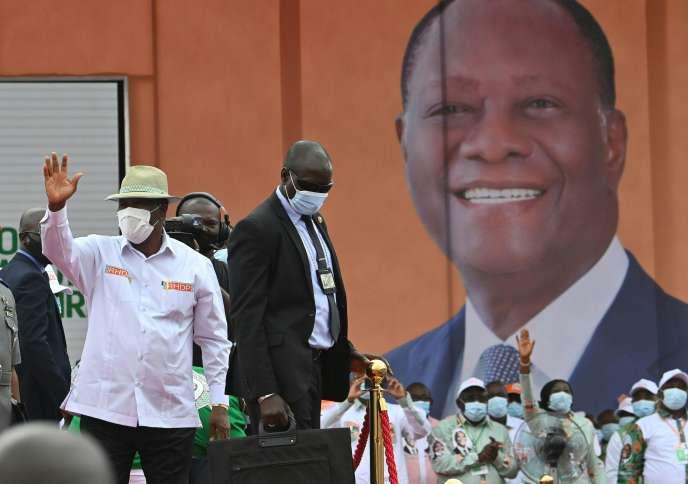 Le président ivoirien Alassane Ouattara (à gauche) salue ses partisans à son arrivée au stade Félix-Houphouët-Boigny le 22 août 2020 à Abidjan, lors de son investiture par son parti au pouvoir en tant que candidat à la présidentielle du 31 octobre.