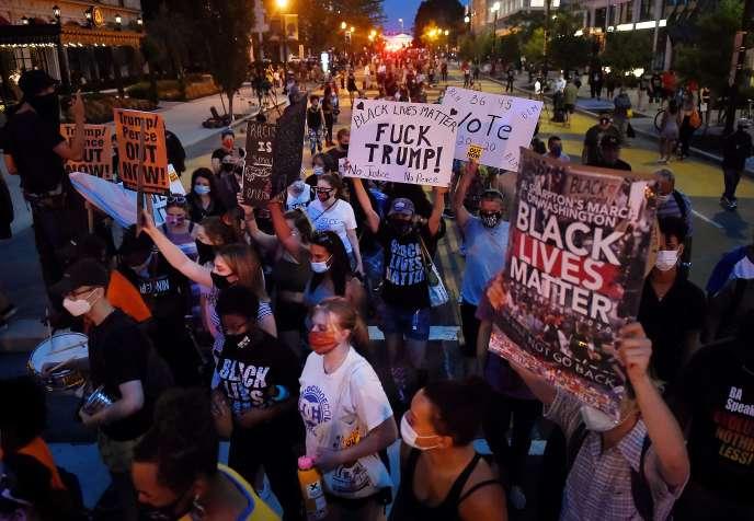 Manifestation contre l'acceptation par le président américain, Donald Trump, de l'investiture à la convention nationale républicaine, devant la Maison Blanche, à Washington, DC, le 27 août.