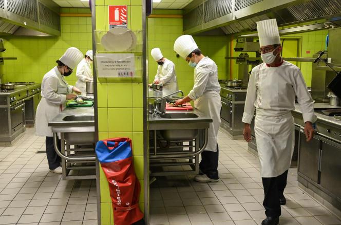 Des étudiants cuisiniers, dans un hôtel de Montpellier, le 2 juin.