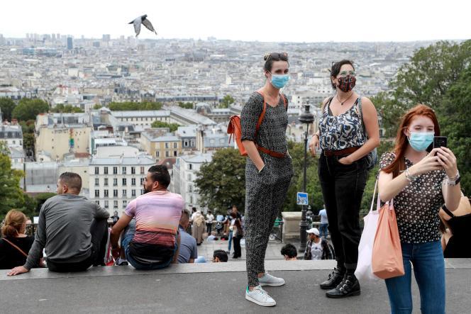 Devant le Sacré-Cœur, dans le quartier parisien de Montmartre, le 27août.