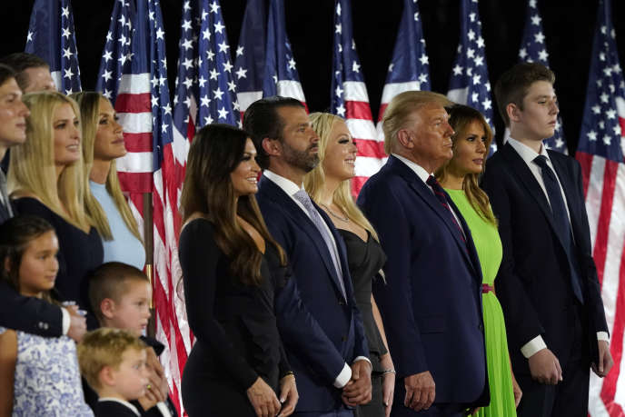 Jared Kushner et sa femme Ivanka Trump, Eric and Lara Trump, Kimberly Guilfoyle et Donald Trump Jr., Tiffany Trump, Donald Trump et sa femme Melania Trump, et Barron Trump, à La Maison Blanche, à Washington, le 27 août.