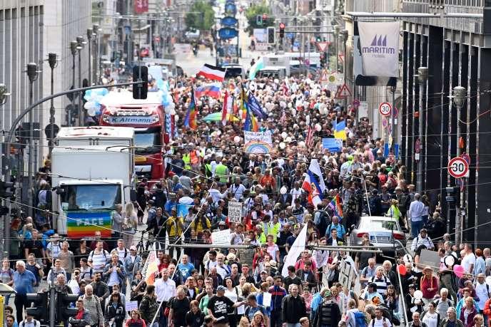 Des manifestants participent à un rassemblement organisée par des membres d'extrême droite pour protester contre les restrictions liées à la pandémie de Covid-19, le 29 août 2020 à Berlin.