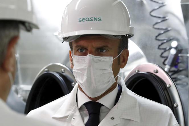 Le président Emmanuel Macron, lors de la visite d'une usine pharmaceutique de Seqens, à Villeneuve-la-Garenne (Hauts-de-Seine), le 28 août.