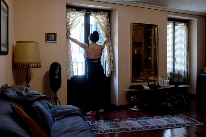 Une prostituée travaille dans son appartement,à Madrid, le 28 avril, alors que la capitale espagnole se trouve confinée à cause du coronavirus.