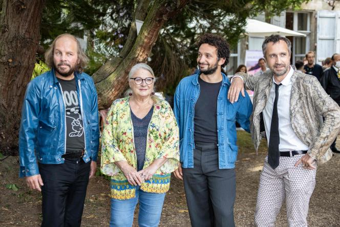 De gauche à droite : Philippe Katerine, Josiane Balasko, William Lebghil et le réalisateur Antonin Peretjatko, pour « La Pièce rapportée», au 13e Festival du film francophone d'Angoulême, le 29 août.