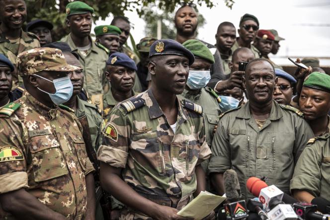 Le colonel Ismaël Wagué (au centre), porte-parole de la junte, en conférence de presse, le 19 août à Kati (Mali).