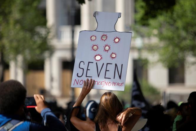 Une pancarte de protestation dénonçant les sept balles qui ont atteint Jacob Blake dans le dos, brandie lors d'une marche à Kenosha (Wisconsin), le 29 août.