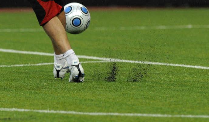 Remontée de granulats de pneus usagés utilisés dans les pelouses artificielles, dans un stade de Moscou, en octobre 2009.