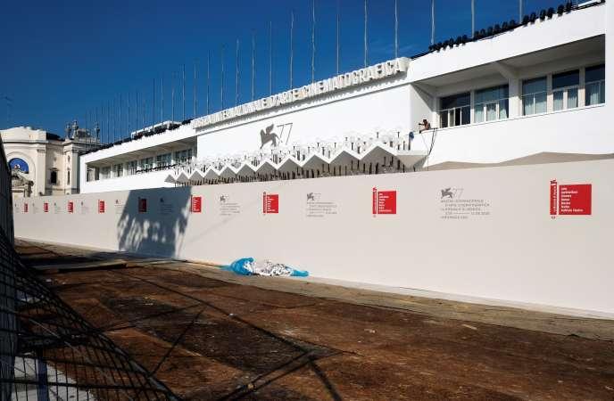 A la Mostra de Venise, le tapis rouge est masqué par un mur afin d'éviter les attroupements et la formation de foyers d'infection. Le 28 août.