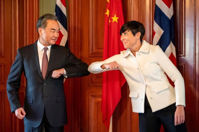 Le ministre chinois des affaires étrangères, Wang Yi, accueillie par son homologue norvégienne, Ine Eriksen Soreide, à Oslo, le 27 août.