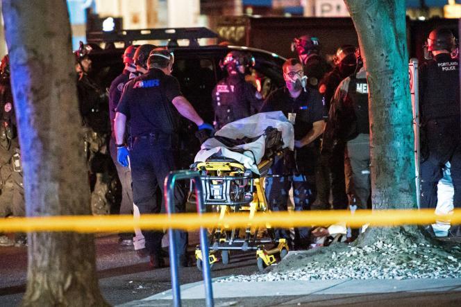 La police de Portland déplace le corps de l'homme tué lors de la manifestation du 29 août.