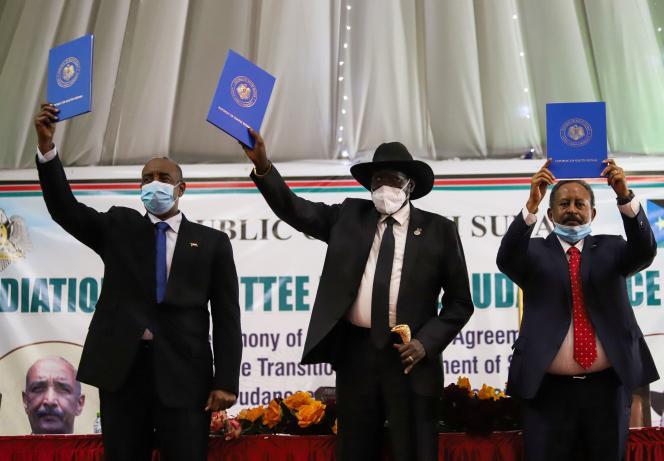 Le chef du Conseil souverain soudanais, Abdel Fattah Al-Bourhane ; le président du Soudan du Sud, Salva Kiir, et le premier ministre du Soudan, Abdalla Hamdok, le 31 août, à Juba.