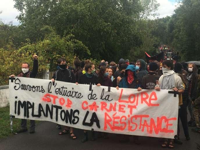 Manifestation au Carnet (Loire-Atlantique) contre le projet d'extension du Grand Port maritime de Nantes-Saint-Nazaire, dimanche 30 août.