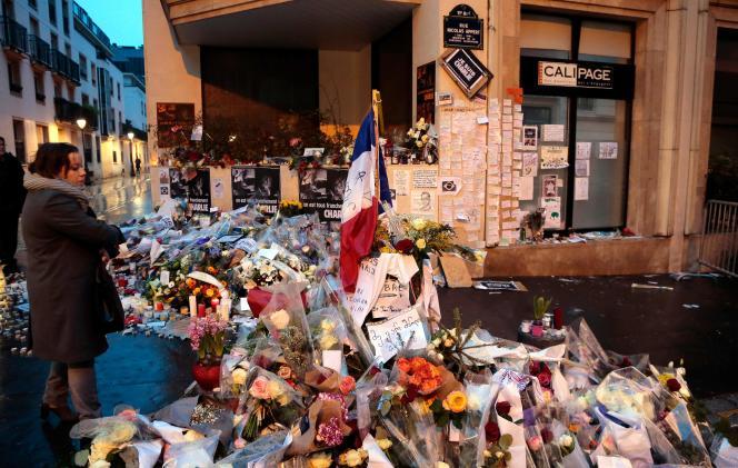 Le 9 janvier 2015 devant les bureaux de l'hebdomadaire «Charlie Hebdo» à Paris. Le procès des attentats de janvier 2015 contre «Charlie Hebdo», une policière à Montrouge et le magasin Hyper Cacher de la porte de Vincennes se déroule du 2 septembre au 10 novembre à Paris.