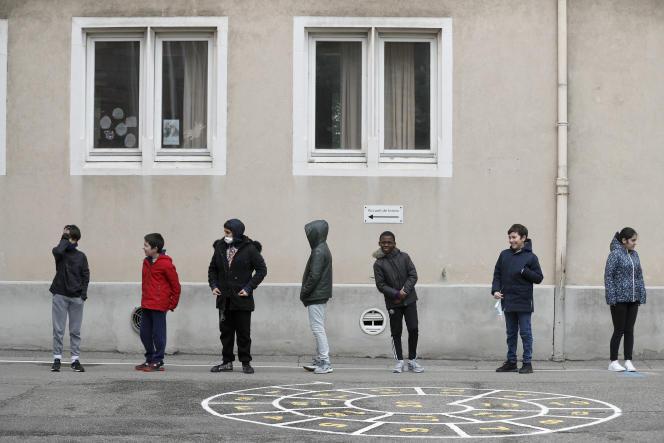 Dans une cour d'école à Strasbourg (Bas-Rhin), le 14 mai.