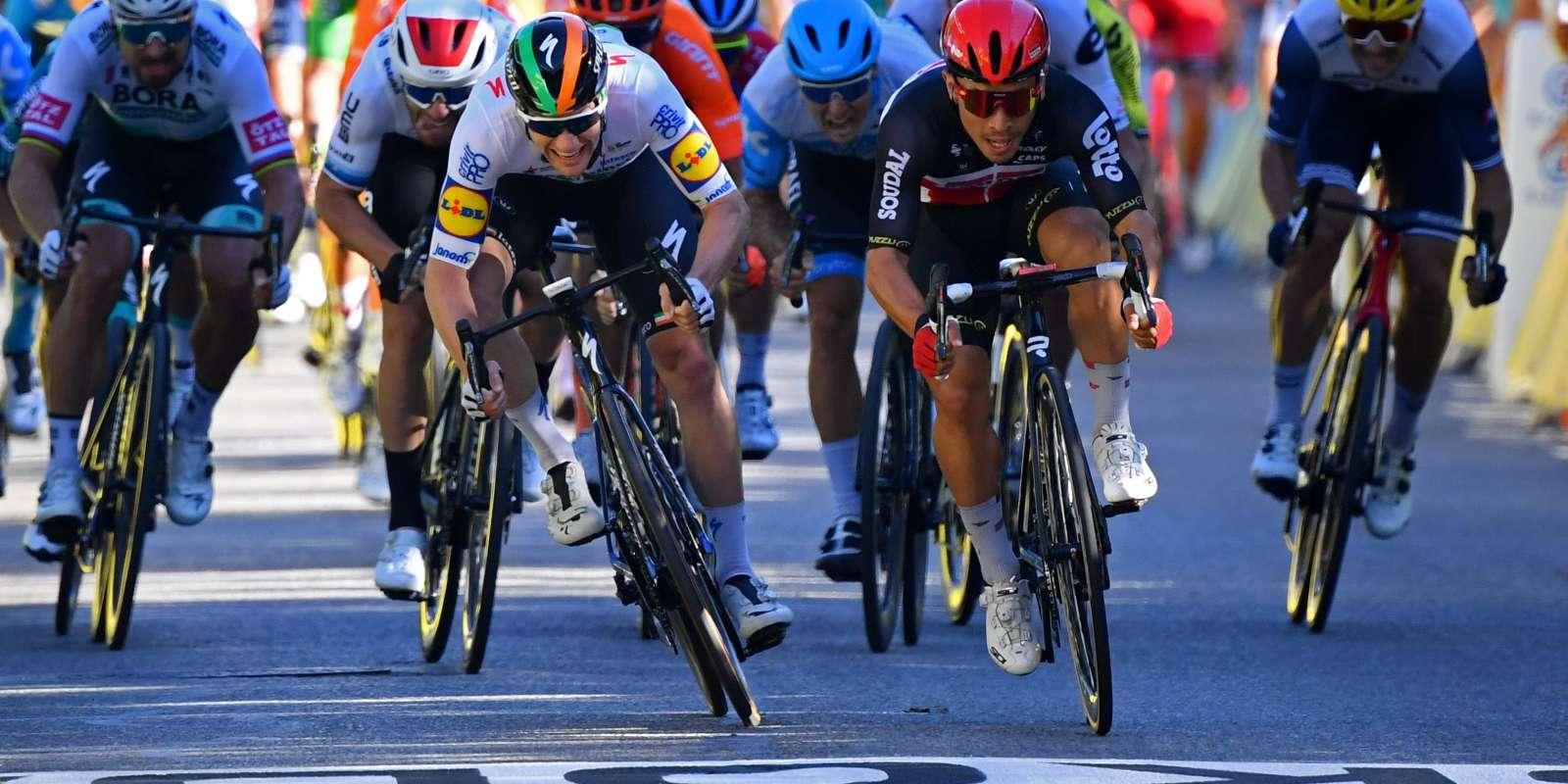 L'Australien Caleb Ewan (au centre) a attendu le tout dernier moment du sprint avant de déboîter et dépasser l'Irlandais Sam Bennett (à gauche sur la photo).